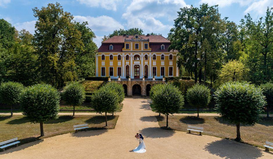 Das Hochzeitspaar küssend vor Schloß Neschwitz