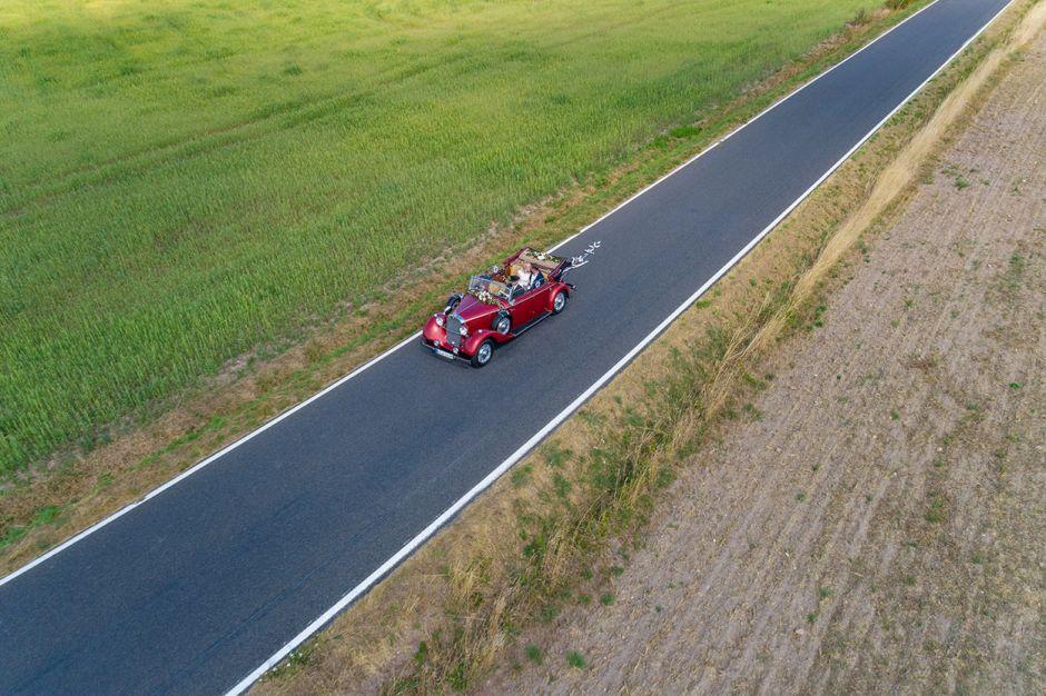 Mercedes Oldtimer mit Hochzeitspaar