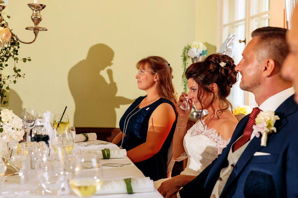 Tränen der Braut bei einer Rede einer Hochzeitsfeier auf Schloss Kartzow