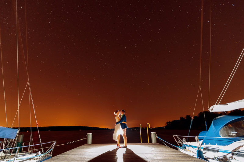 Hochzeitsfotos unter dem Sternenhimmel am Wasser