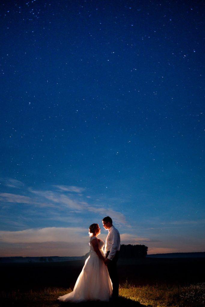 Ein Brautpaar am Abend unter dem Sternenhimmel - episch!