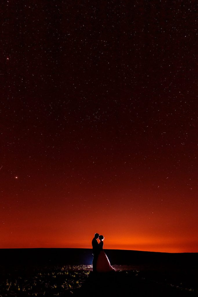 Dramatischer Sternenhimmel und ein verliebtes Brautpaar