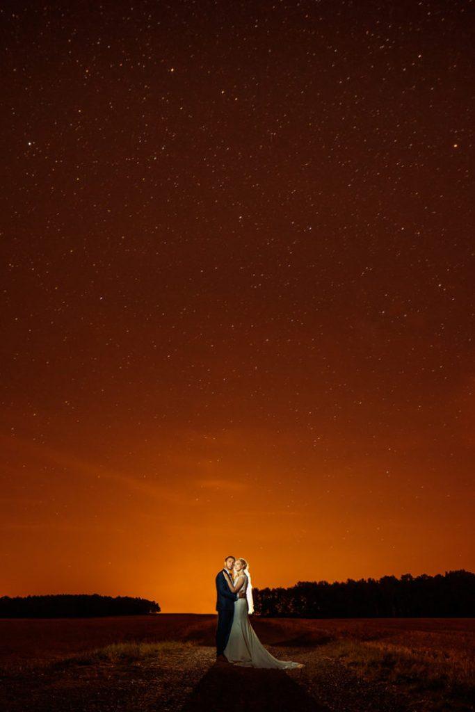 Am Abend geht es nochmal nach draußen für Hochzeitsfotos unter dem Sternenhimmel