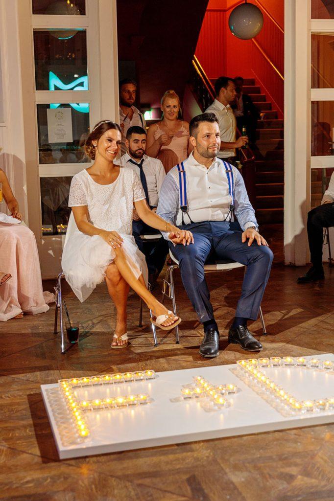 Das Brautpaar am Abend in einem neuen Outfit während der Feier in der Villa Blumenfisch