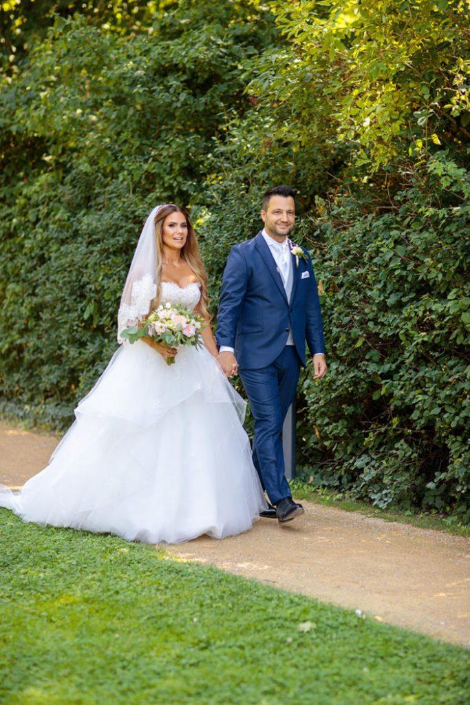 Das Brautpaar nach der freien Trauung an der Villa Blumenfisch