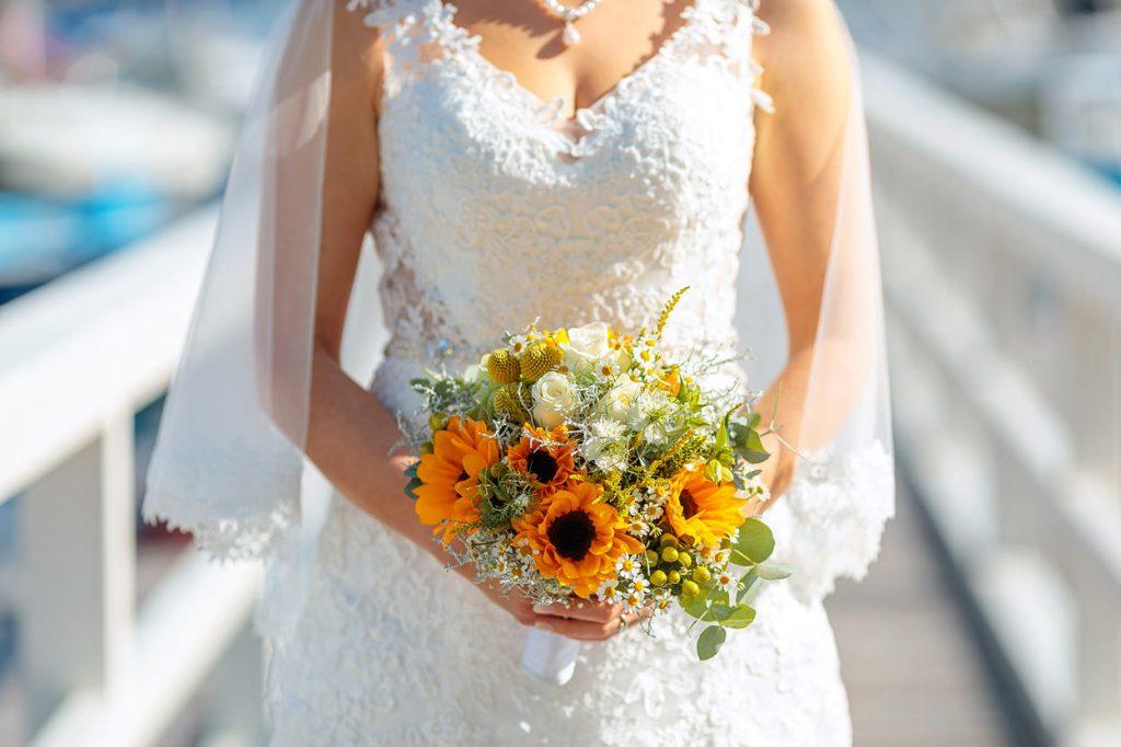 Ein sommerlicher Brautstrauß in Orange