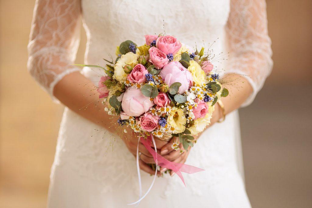 Ein sommerlicher Brautstrauß mit Pfingstrosen