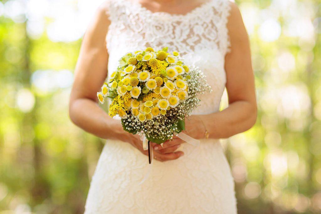 Ein sommerlicher Brautstrauß in leuchtend gelb und weiß