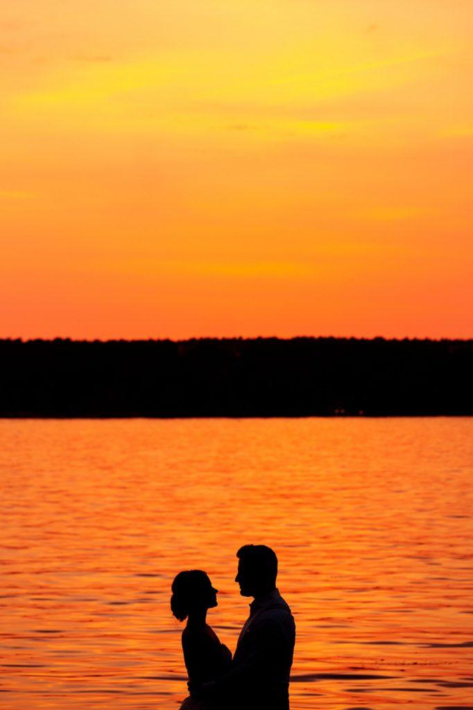 Ein Brautpaar im Sonnenuntergang am Ufer des Wannsees