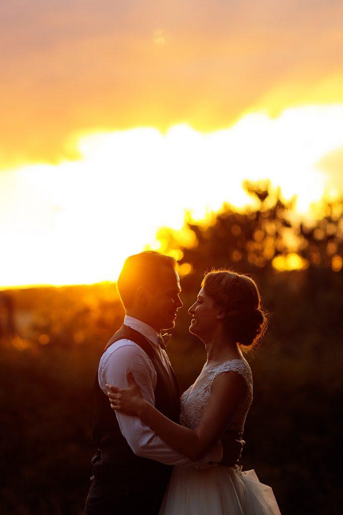 Ein Brautpaar im Sonnenuntergang am Schloss Kröchlendorff