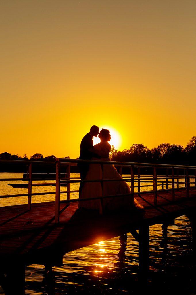 Ein Brautpaar im Sonnenuntergang am Ufer vom Inselhotel Potsdam