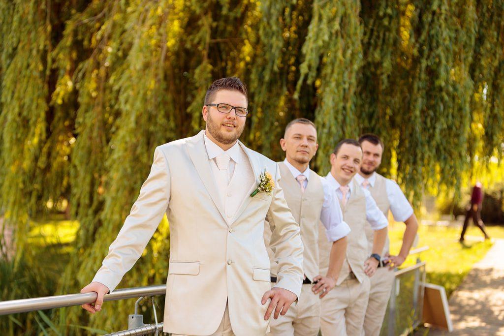 Der Bräutigam mit seinen Freunden in sommerlichen Outfits