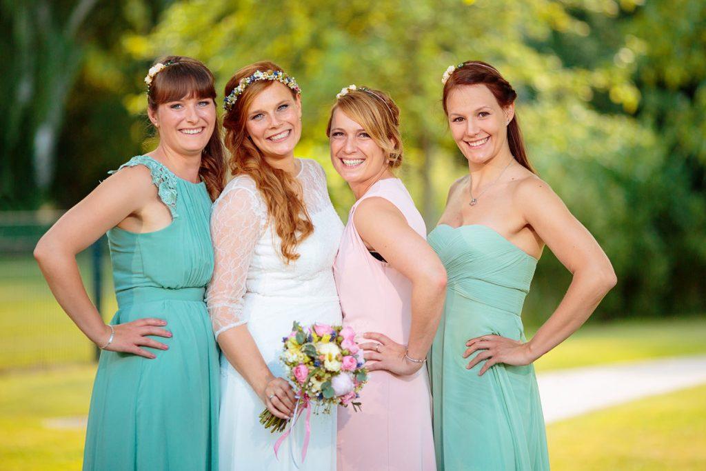 Eine Bohemian inspiriert Braut mit ihrer Trauzeugin und ihren Brautjungfern
