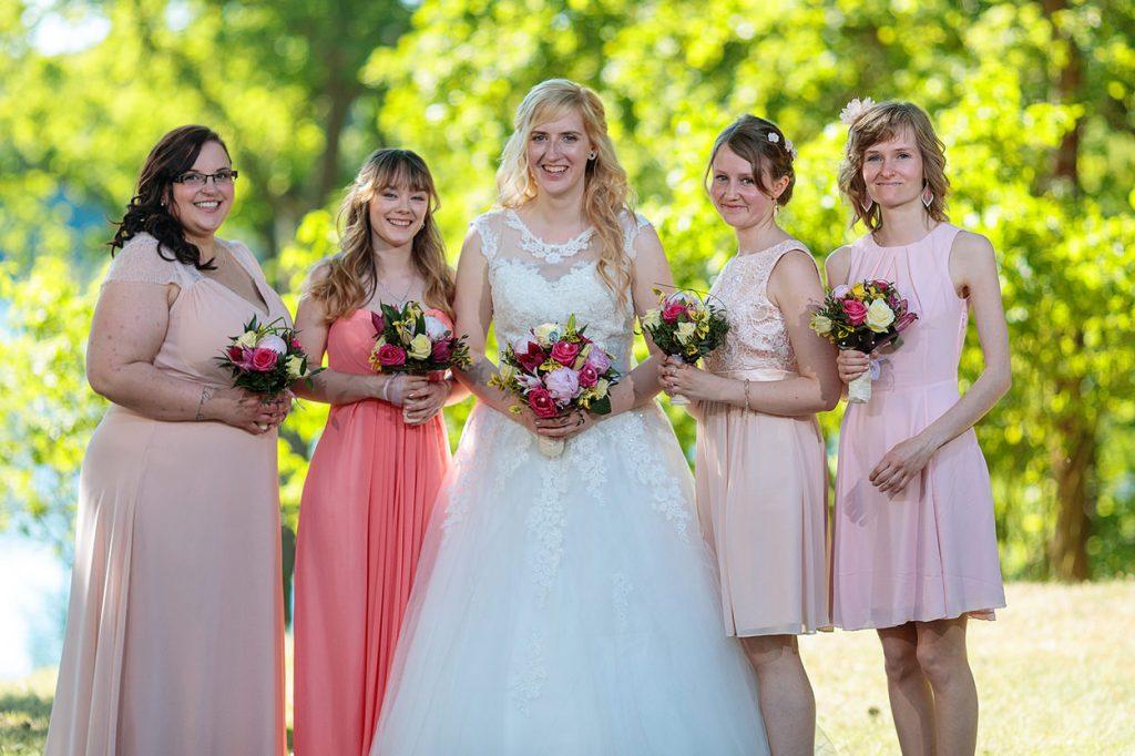 Die Braut mit ihren Brautjungfern in roséfarbenen Outfits