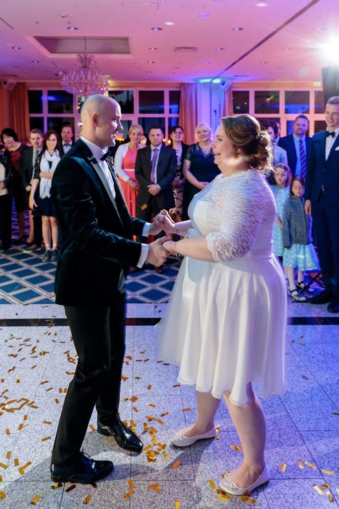 Das Brautpaar am Abend bei der Hochzeitsfeier im Inselhotel Potsdam