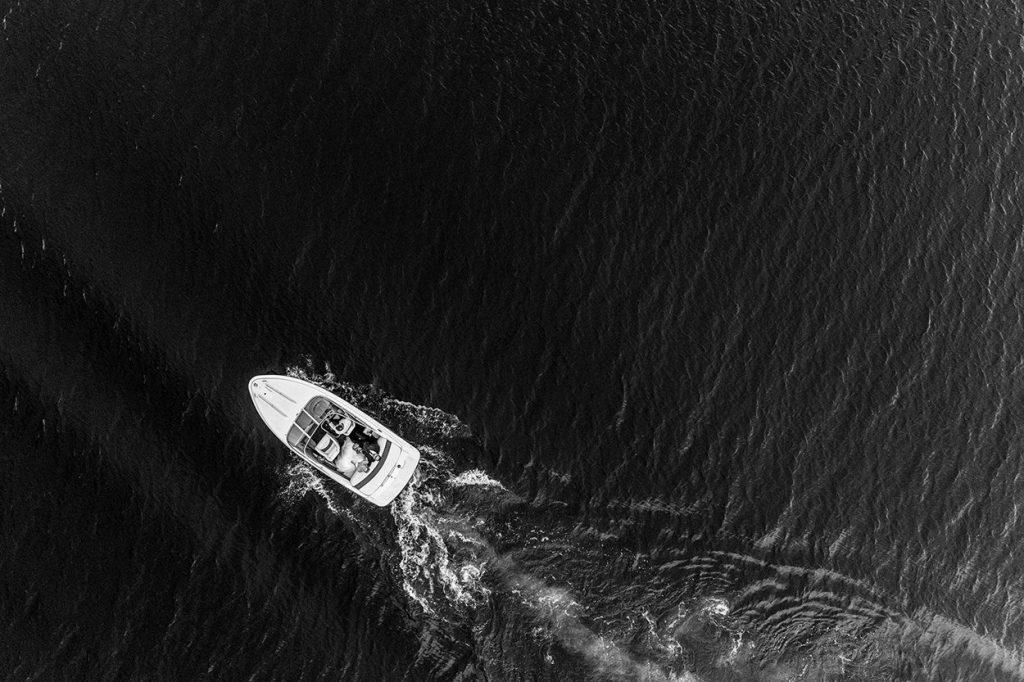 Brautpaar im Boot von oben mit Drohne fotografiert