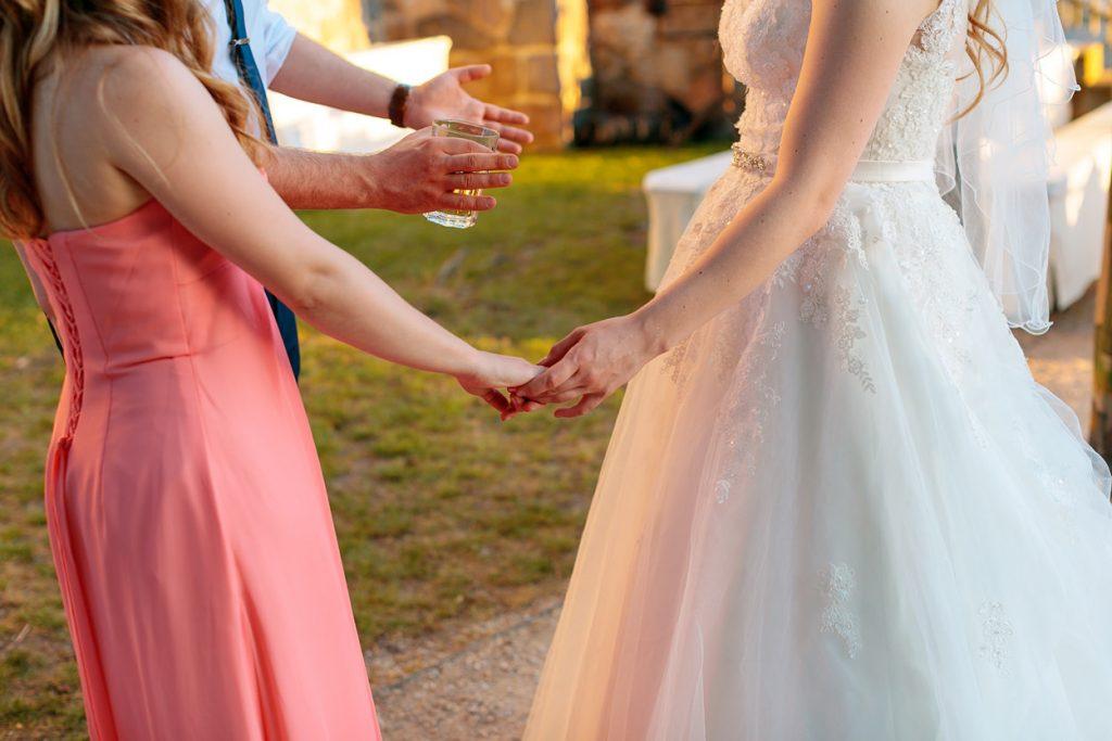 Bei eine Hochzeit im Sommer solltet ihr immer dafür sorgen, dass eure Gäste mit Getränken versorgt sind