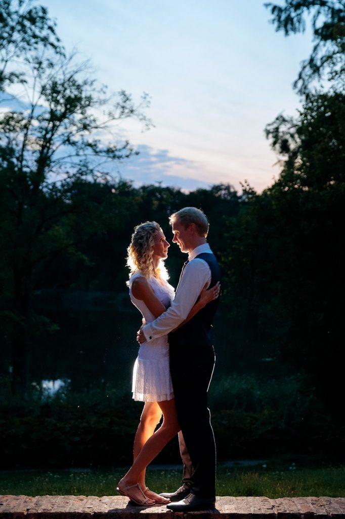 Hochzeitsfotos zur Blauen Stunde auf dem Gelände des Landgut Stober