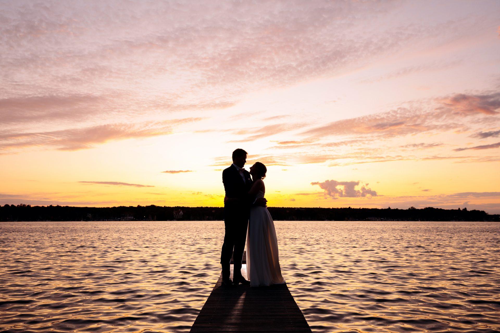 Sommerhochzeit Brautpaar am Wasser im Sonnenuntergang bei der Villa Blumenfisch Berlin