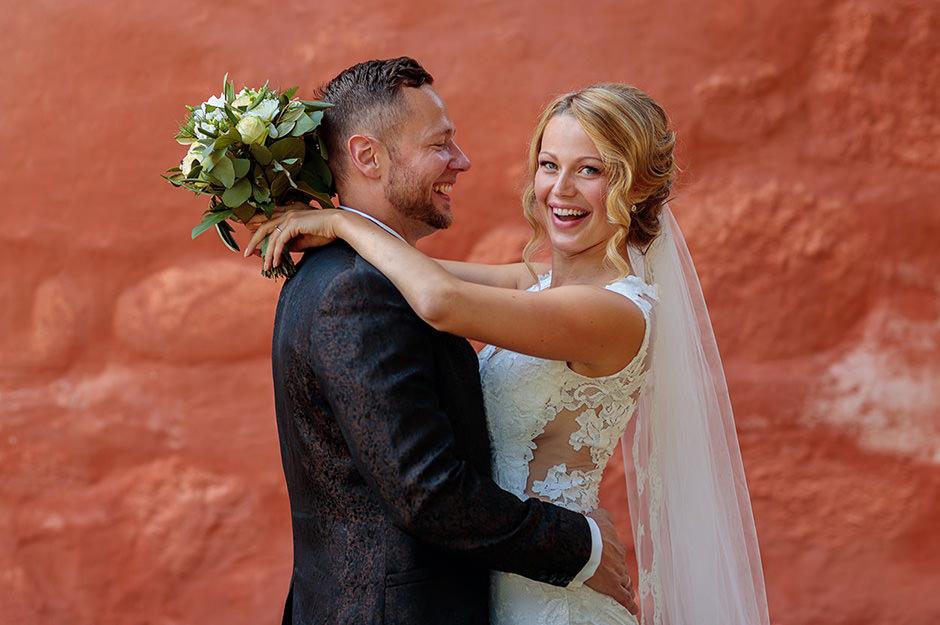 Hochzeitsfoto mit Portrait von Brautpaar vor Kirche vom Fotograf aus Potsdam