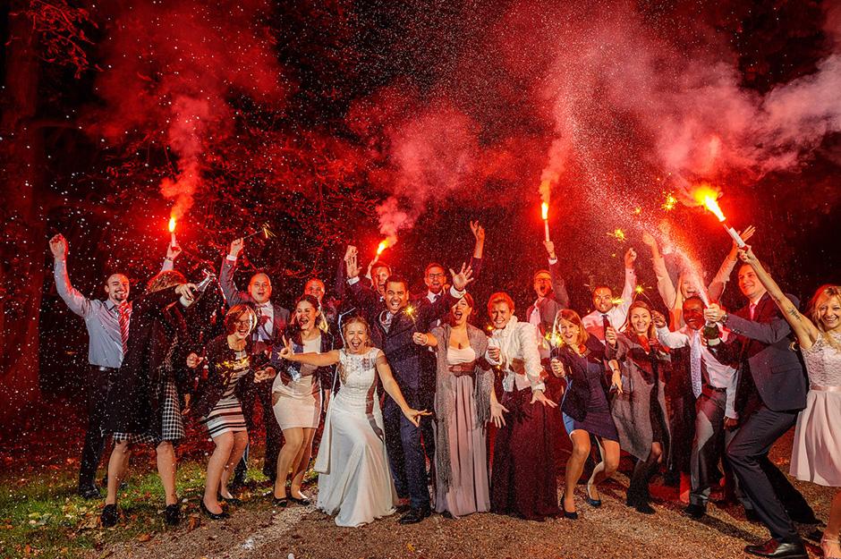 Hochzeitsgäste sprengen Sekt und Bengalos am Abend