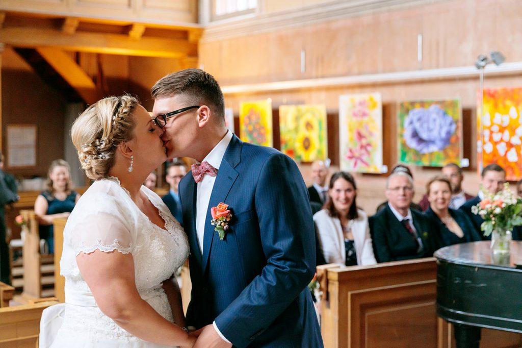 Erster Kuss bei Hochzeit mit Trauung in der Kirche Petzow