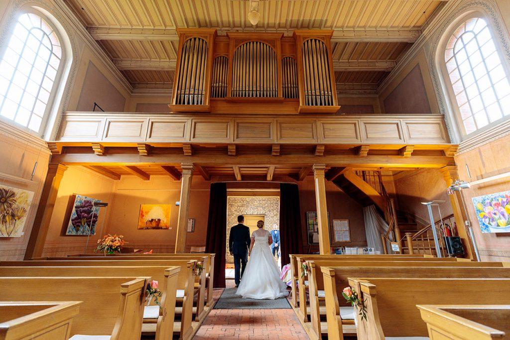 Auszug Brautpaar bei Hochzeit mit Trauung in der Kirche Petzow