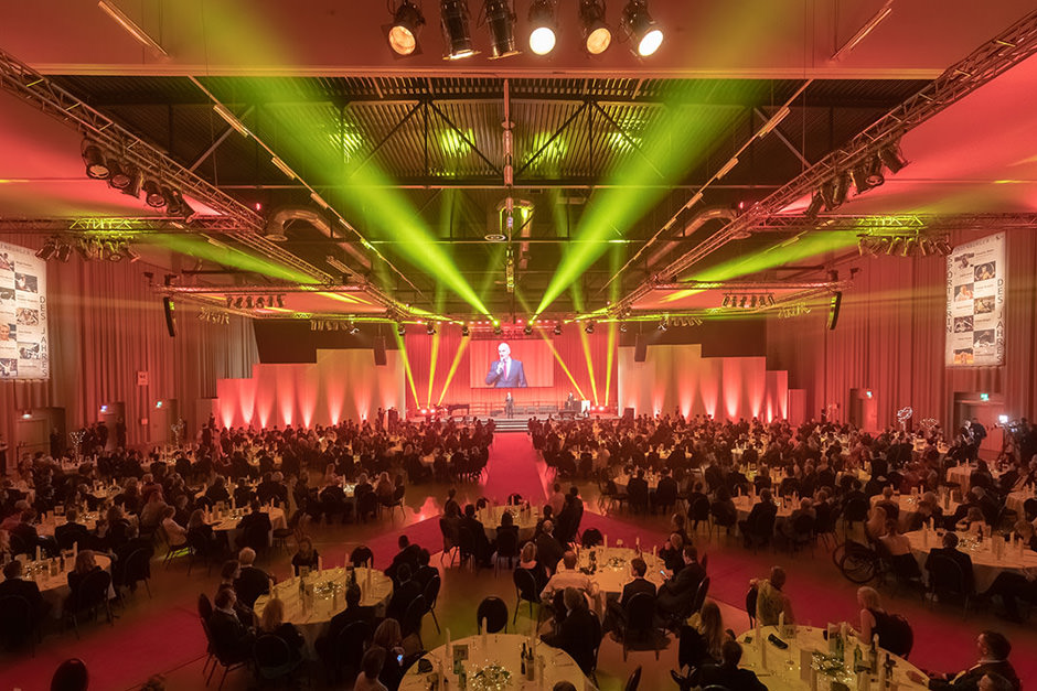 Foto einer spektakulären Bühne mit Spotlights im Filmpark Potsdam