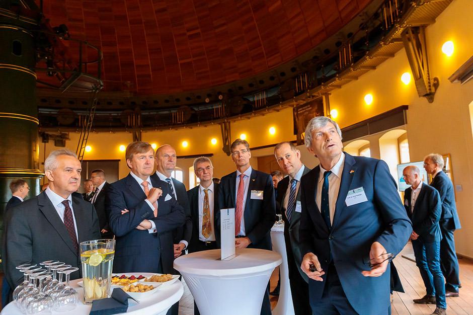 Foto der königlichen Delegation und des Ministerpräsidenten von Brandenburg beim Besuch des GFZ in Potsdam