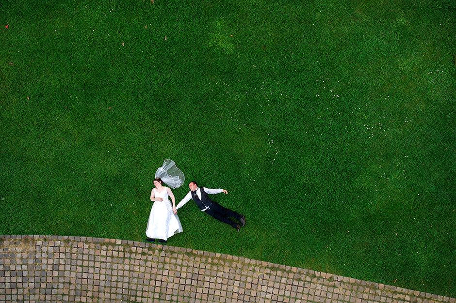 Drohnenfoto auf einer Hochzeit im Kongresshotel Potsdam: Brautpaar fliegt auf der Wiese