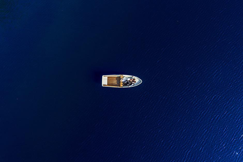 Drohnenfoto auf einer Hochzeit: Brautpaar im Boot liegend