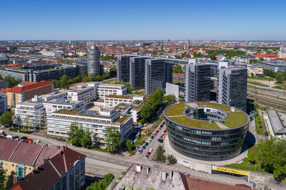 Luftbild von Bürogebäude mit München im Hintergrund