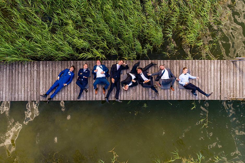 Gruppenfoto der Jungs mit einer Drohne auf einer Hochzeit bei Potsdam