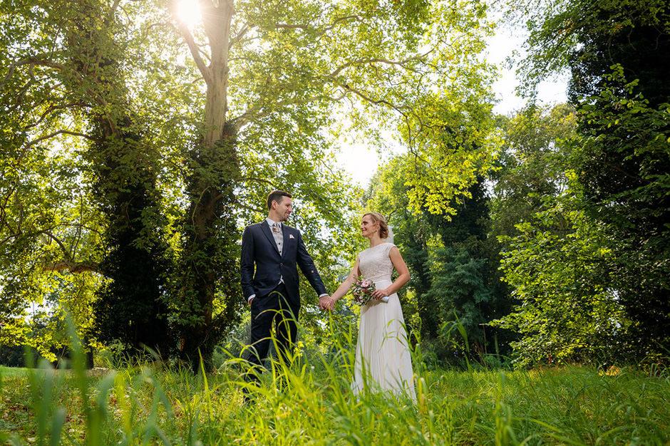 Hochzeitspaar im Wald: Hochzeitsfotografen in Potsdam und Brandenburg Reinhardt & Sommer