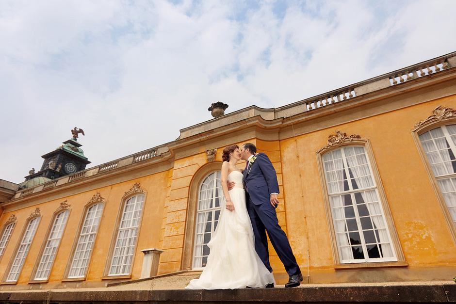 Hochzeitspaar vor den neuen Kammern im Park Sanssouci Potsdam