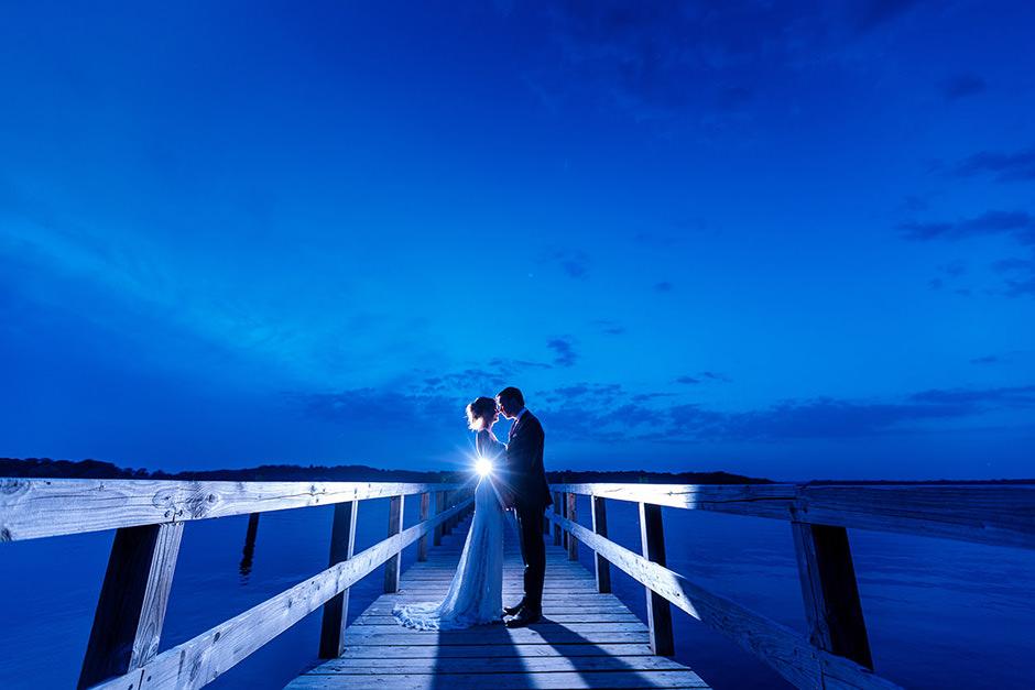Brautpaar zur Blauen Stunde am Wasser