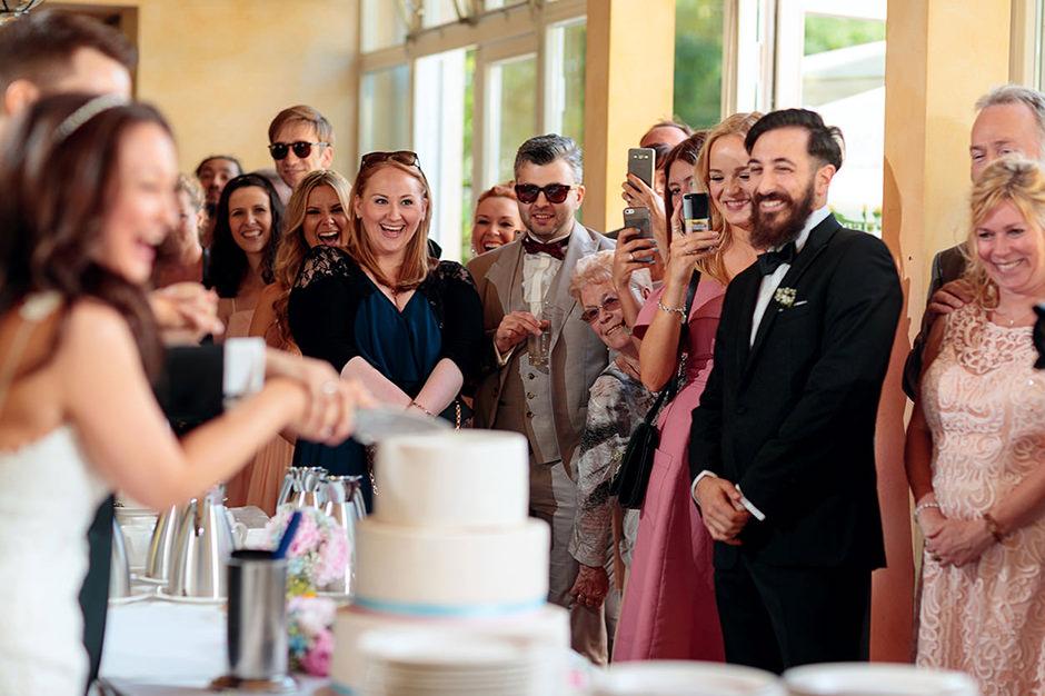 Tortenanschnitt im Kavalierhaus Caputh: die Gäste feiern das Brautpaar