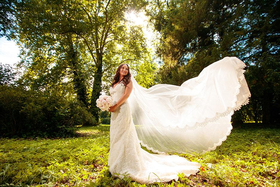 Braut mit wehendem Schleier im Schlosspark Caputh