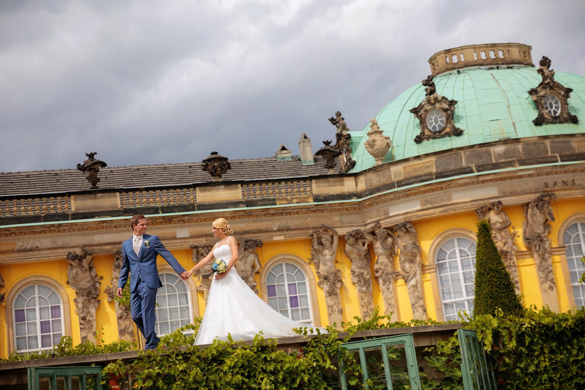 Hochzeitsfoto mit Brautpaar vor dem Schloss Sanssouci in Potsdam