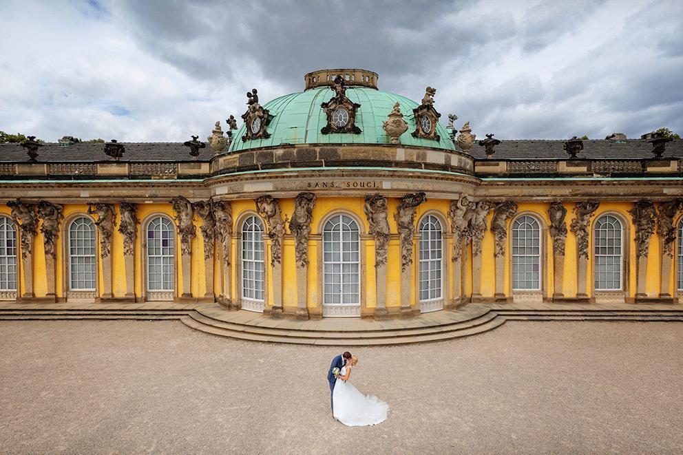 Hochzeitsfoto mit Brautpaar vor Schloss Sanssouci