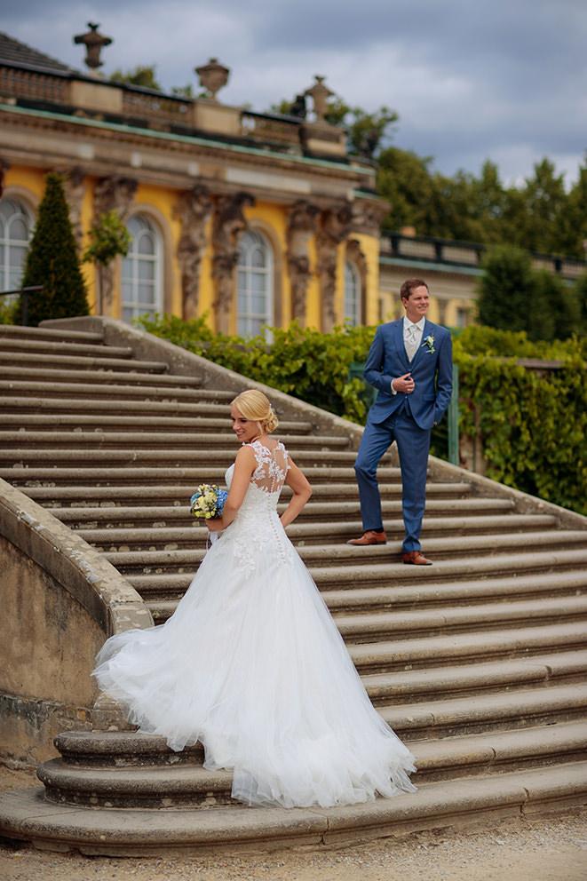 Hochzeitspaar vor dem Schloss Sanssouci