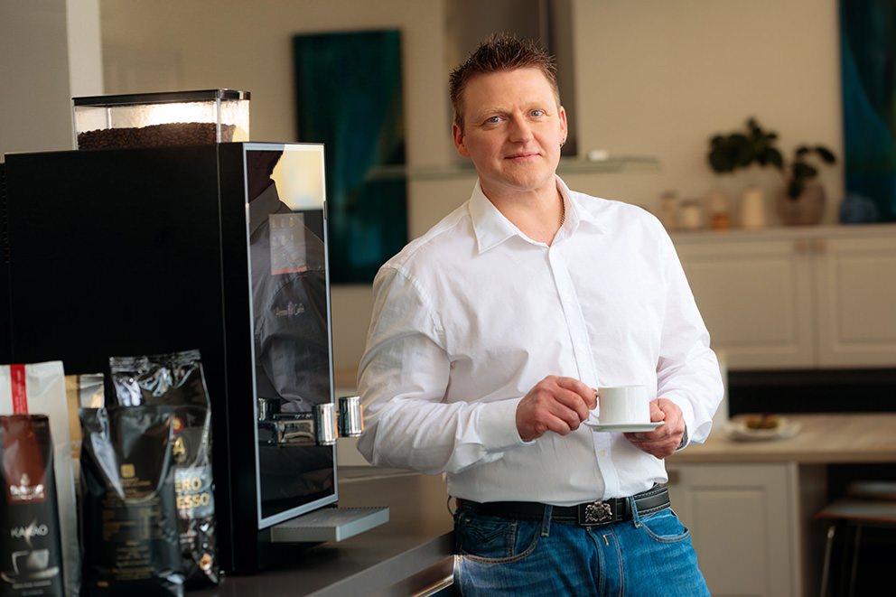 Businessfoto von Chef vor Kaffeemaschine in Potsdam
