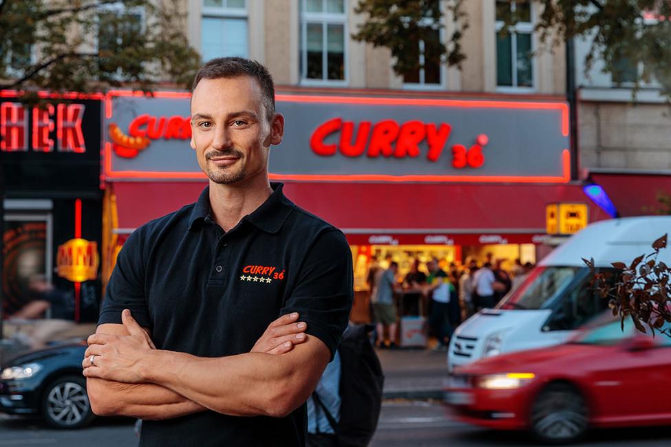Businessfoto von Chef vor seinem Laden in Berlin und Potsdam