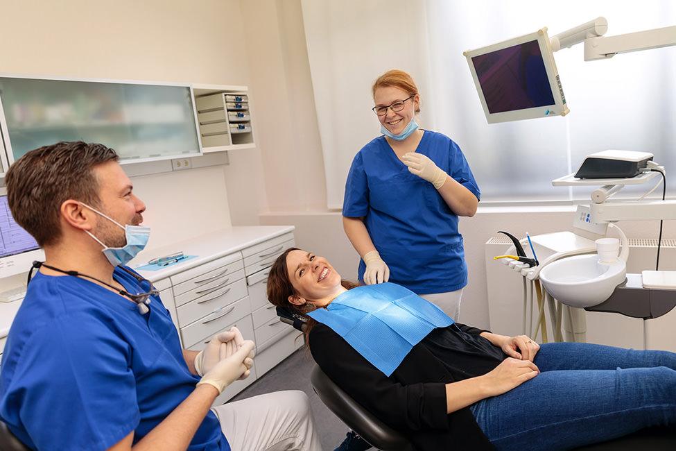 Foto in Zahnarztpraxis bei der Behandlung in Potsdam