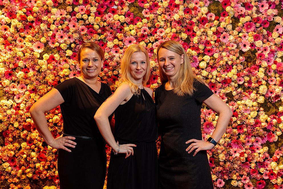Fotodruck für festliche Abendveranstaltung mit beeindruckender Blumenwand