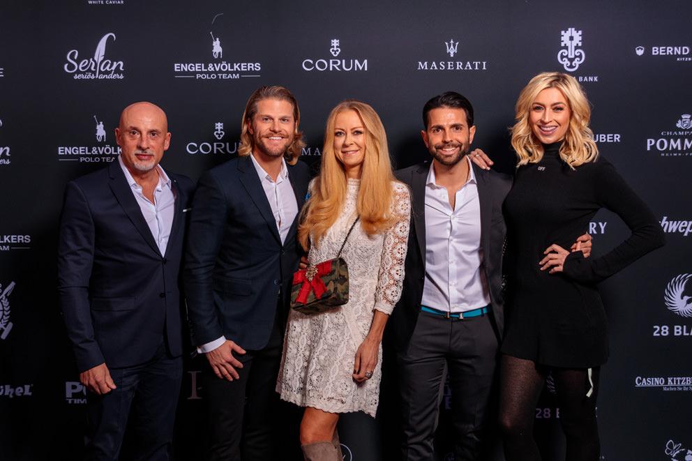 VIPs vor Sponsorenwand bei Galaabend mit Livedruck
