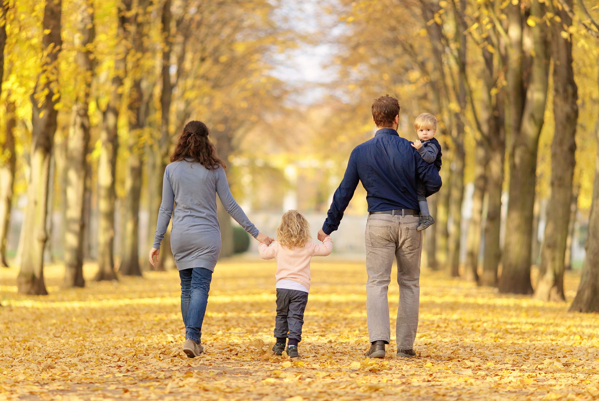 Familie spaziert beim Fotoshooting durch den Herbst in Potsdam