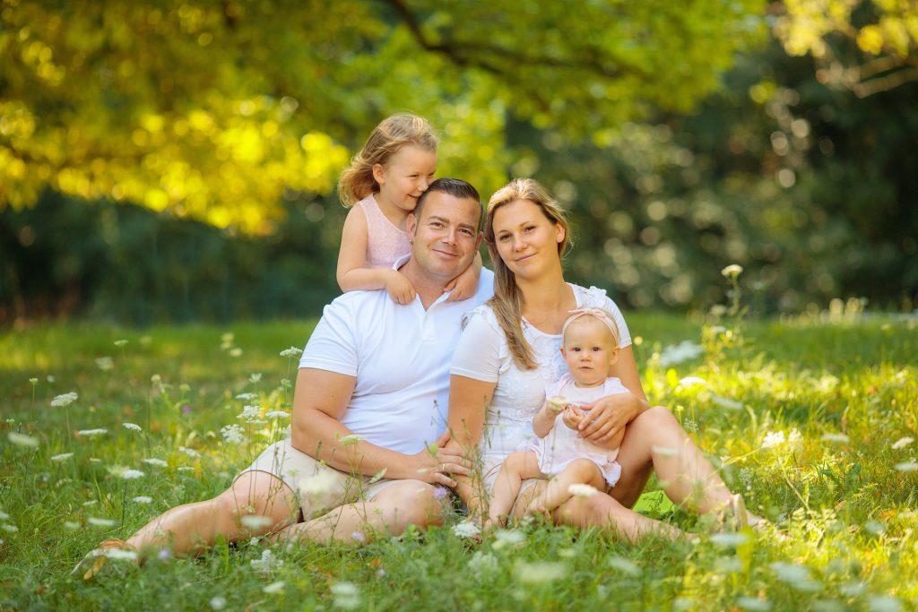 Familienfoto von Familie auf Wiese im Sommer im Schlosspark von Potsdam