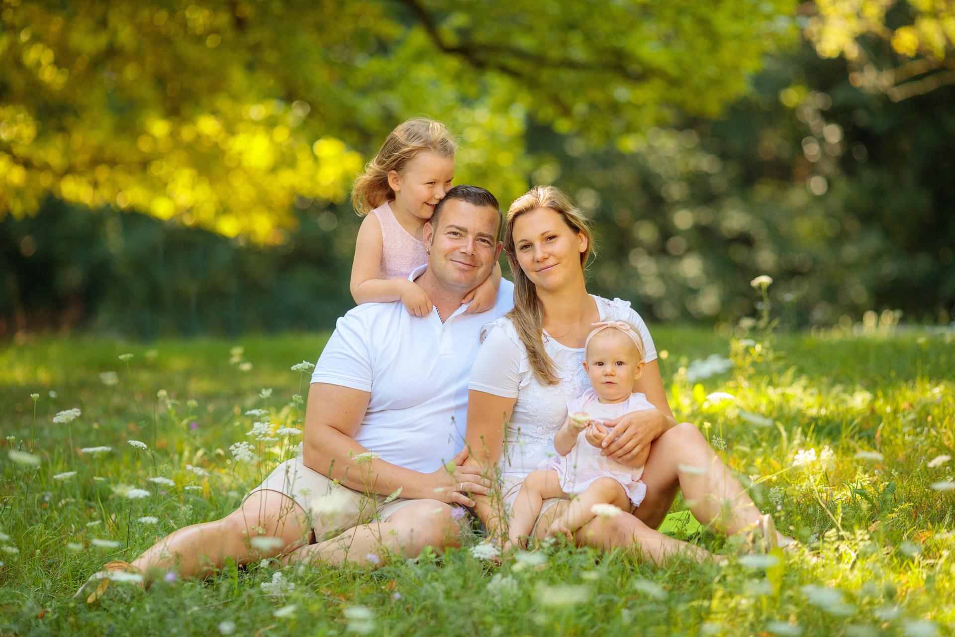 Familie auf Wiese im Sommer im Schlosspark von Potsdam