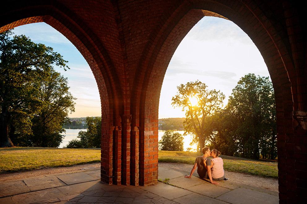 Verlobtes Paar im Park Babelsberg mit Blick auf den tiefen See